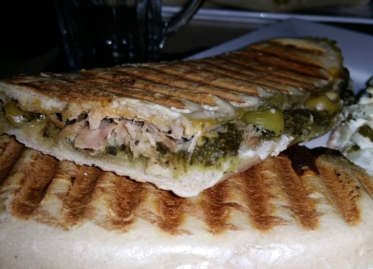 Panini met tonijn, kaas en pesto: makkelijk en snel klaar gemaakt voor als je niet teveel tijd in de keuken wilt besteden. Panini brood heb ik bij de EMTE gekocht, ook te koop bij AH XL