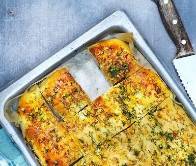 Baka bröd enligt ett mustigt italienskt recept. Det går verkligen supersmidigt att trolla fram ett gott focaccia i långpanna och pensla efter med dillolja. Vällagrade ostar gör sig bra med bröd och salt av grov kaliber.