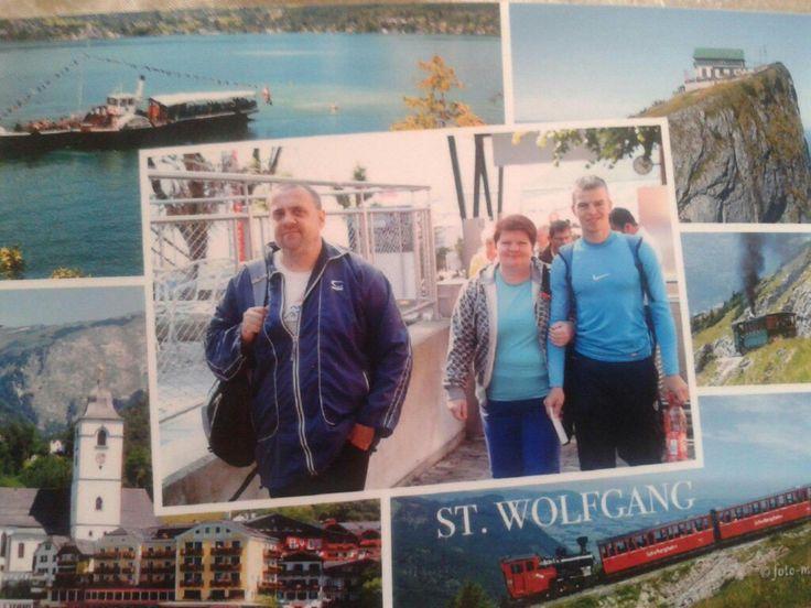Mindenkit lefotóznak, aki a Schafbergbahnra igyekszik. Rólunk kettőt is készítettek. Visszatérve aztán kiválaszthattuk a sok kép közül amelyik tetszett és 5 euróért egy magyar fiútól meg is vehettük.:)