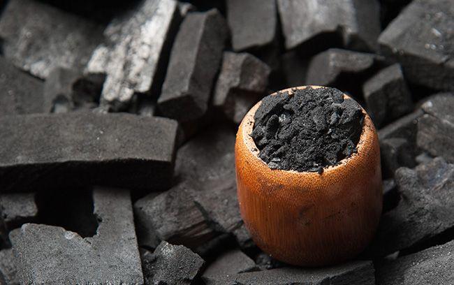 Il n'est pas de remède contre l'empoisonnement qui soit à la fois plus simple et plus puissant que le charbon végétal activé. Cependant il se prête à bien d'autres emplois, puisqu'il peut détoxiquer en profondeur les intestins et le foie, absorber les métaux lourds, et même les venins de serpents ou d'insectes… Connu depuis 1550 …