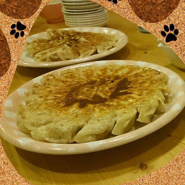 今日のホワイトデーは、バレンタインのお返しに主人が夕食を作ってくれました(^^) 餃子...60個! ご馳走さま(^q^) - 16件のもぐもぐ - ジューシー餃子 by manap