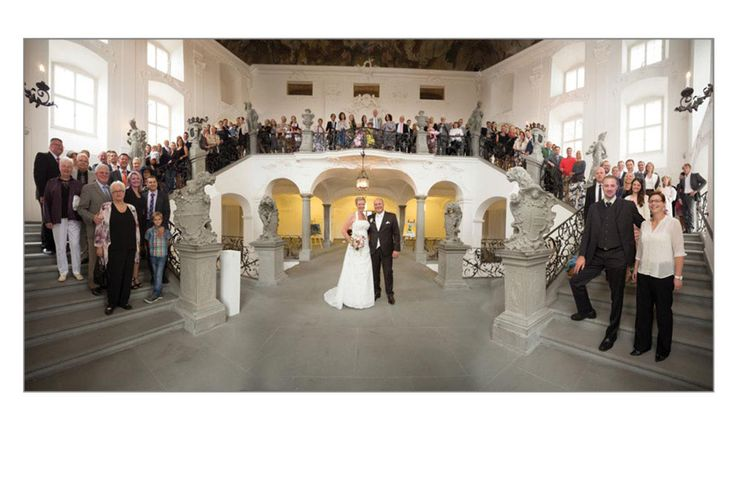 größe Hochzeitsgesellschaft auf der Treppe im Neuen Schloss Meersburg