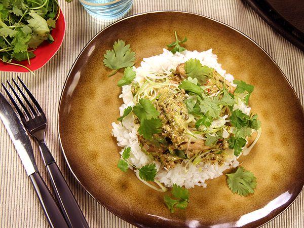 Thailändsk kycklinggryta med hemgjord kryddpasta, kokosmjölk och koriander. Doftar och smakar underbart,.