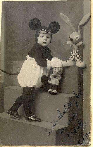 Déguisement rétro: Mice, Vintage Halloween, Mickey Mouse, Kids Photo, Vintage Photographers, Mouse Costume, Vintage Kids, Vintage Costumes, Halloween Old Photo