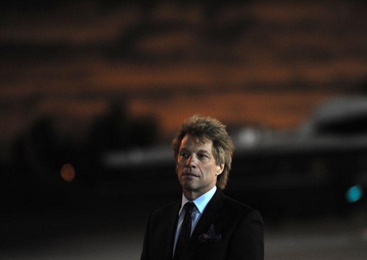 Il cantante Jon Bon Jovi (50) attende di imbarcarsi sull'Air Force One dopo aver suonato a un evento per la campagna di Obama  (JEWEL SAMAD/AFP/GettyImages)