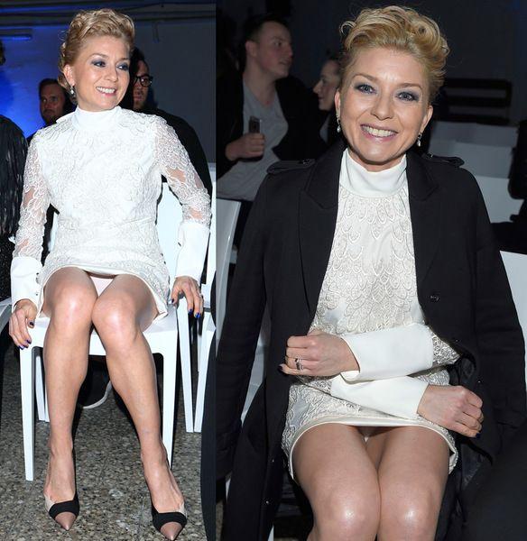 Edyta Olszówka (43 l.) była jedną z gwiazd, które pojawiły się na pokazie kolekcji Tomasza Olejniczaka. Na tę okazję założyła białą obcisłą sukienkę oraz... majtki w tym samym kolorze. Kreacja była tak krótka, że jak tylko aktorka usiadła, to od razu odsłoniła całą bieliznę! - Zdjęcie dnia - 1/2675 - Zdjęcia - Pomponik.pl