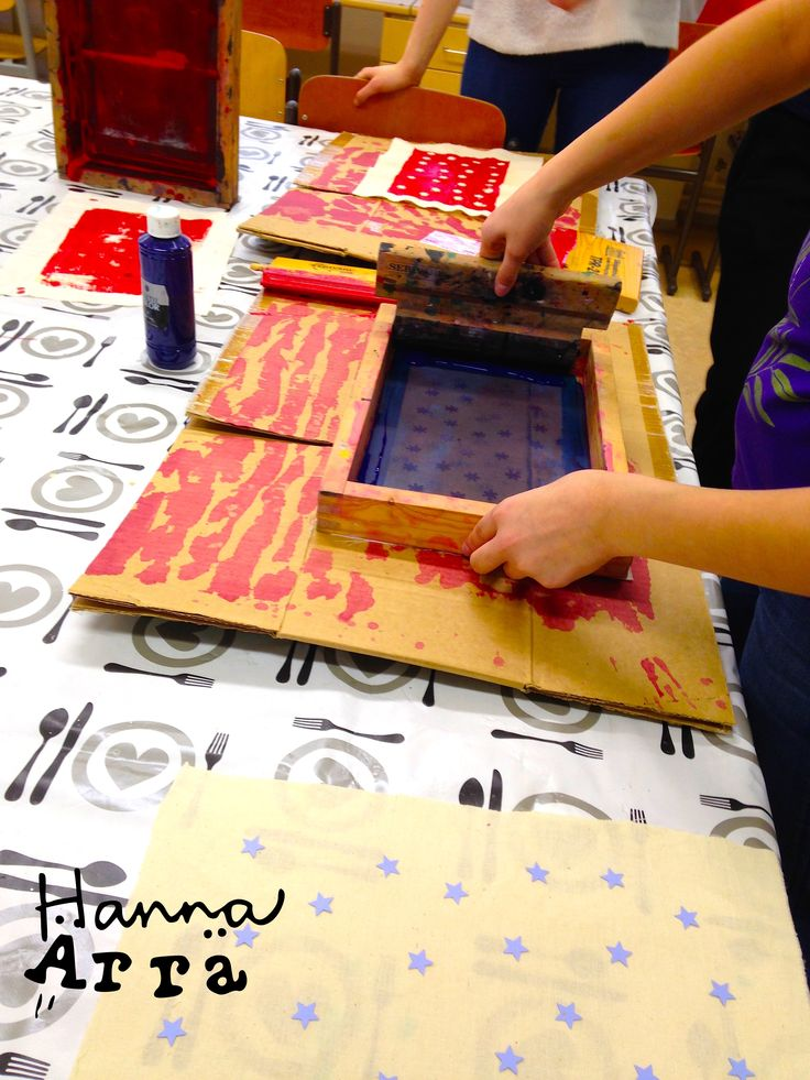Seulapainantaa, kuviot leikattu paperista leikkurilla
