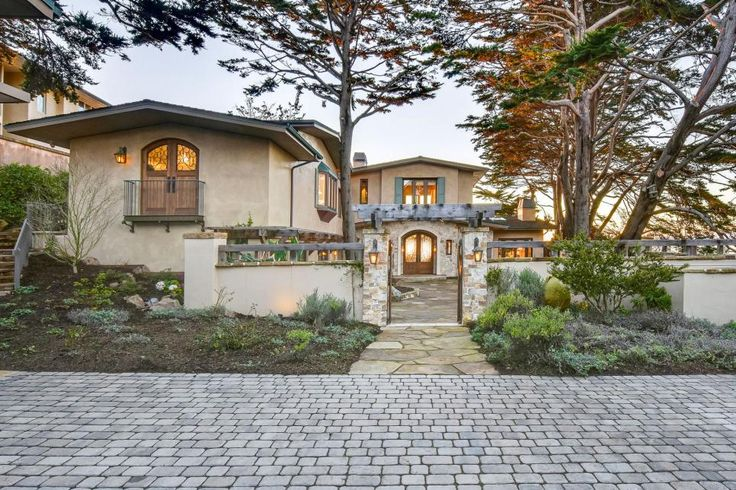 From fancy fountains to precisely trimmed hedges, these luxurious homes offer truly exceptional first impressions.