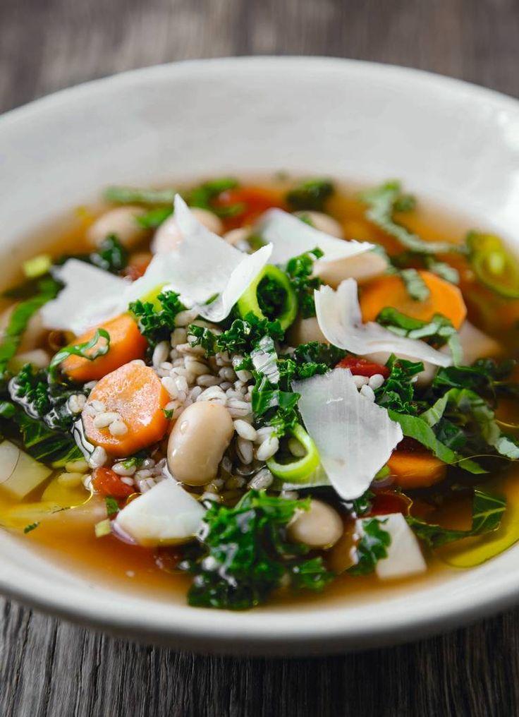 God suppe. Vintersuppe med grønnkål, byggryn og bønner - en sunn, velsmakende rett. Foto: Matias Armand Jordal