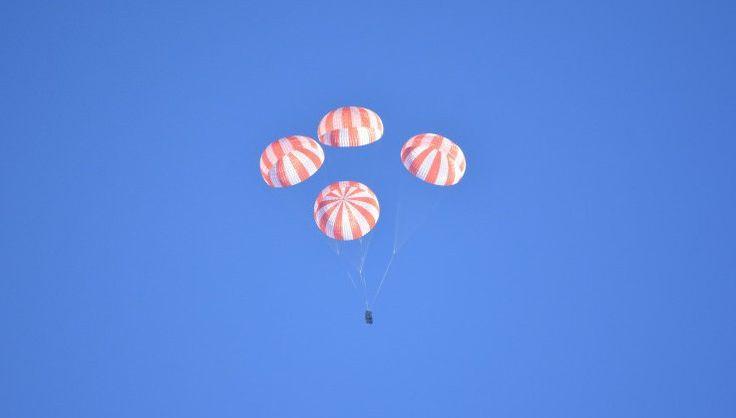 Space X тестирует парашюты для доставки астронавтов на Землю