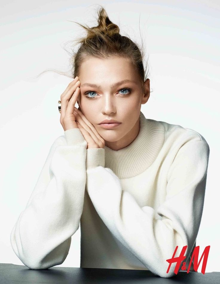 Sasha models a messy bun and understated makeup look for H&M