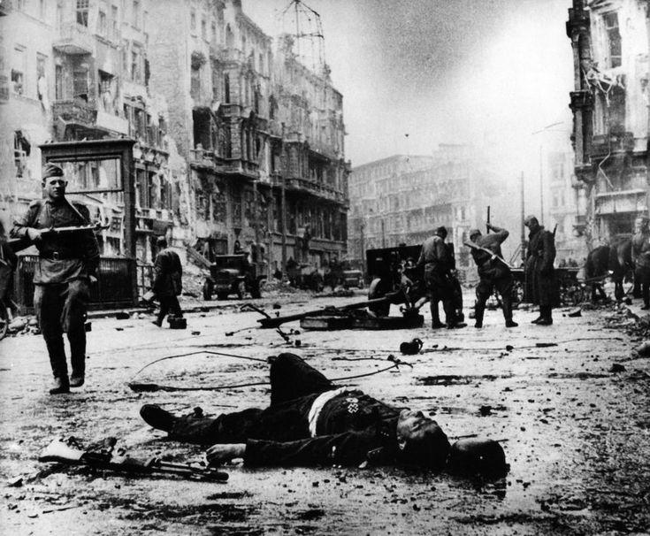 Gefallener : In einer Straße Berlins liegt ein toter Soldat, an seiner Uniform das Eiserne Kreuz.