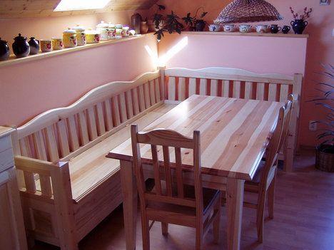 Lavice z masivní borovice má rozměry 140 x 240 cm, nabízí se doplnit ji stolem a židlemi ve stejném designu. Cena lavice včetně úložného prostoru 18 310 Kč; Truhlářství Miček