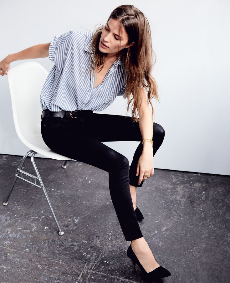 Dark shoes with dark jeans elongates the leg.