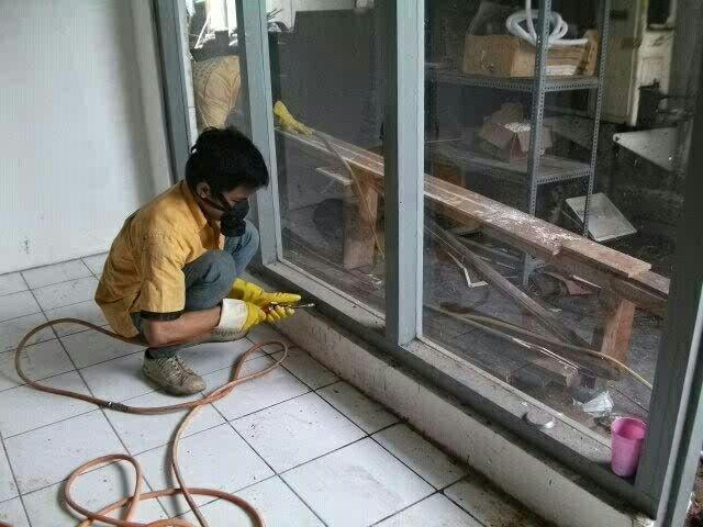 Pekerjaan suntik obat anti rayap pada kayu kusen , --> CV. INCO NUSA ABADI , memiliki ijin Dinas kesehatan DKI Jakarta , memiliki Tenaga ahli Anti Rayap bersertifikat , Kami Berikan Sertifikat Bermaterai Jaminan Anti Rayap selama 3 s/d 5 tahun , Gratis untuk survey ke lokasi anda & konsultasi , Hubungi Telepon : 081807846244, 088808089089, 085692420909 . Terima kasih.