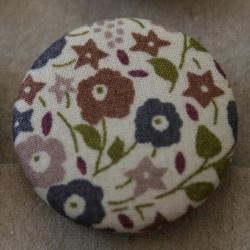 Fairford fra Liberty - stofftrukket knapp med diameter på 25 mm.  Knappene fra Liberty er knallsøte, og finnes i to forskjellige størrelser.