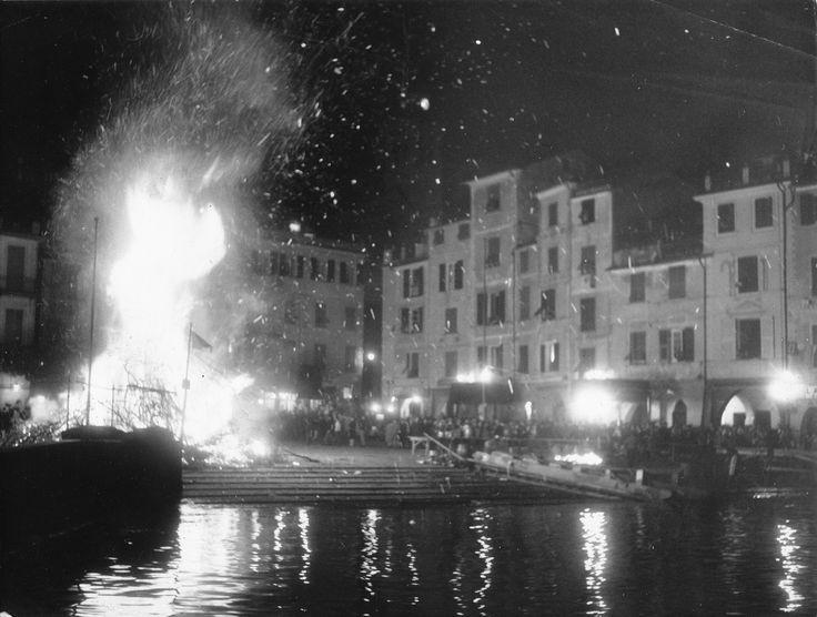 Portofino, il falò per la festa patronale di San Giorgio / Portofino celebrates its Patron Saint, St. George, with the bonfire in the Piazzetta (Photo: Publifoto Genova, 1962) #portofino #piazzetta #liguria #riviera #bonfire #falò #celebration #tradition #notte #notturno #bynight