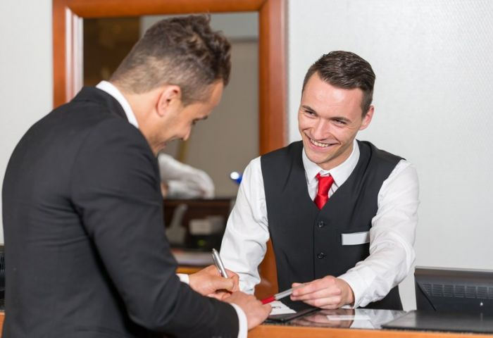 Hôte ou hôtesse d'accueil en hôtellerie : Etudes, diplômes, salaire, formation, rôle, compétences | Carrière Hôtesse