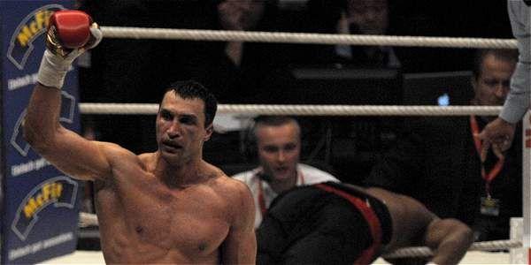 El ucraniano Vladimir Klitschko defenderá su título de la Federación Internacional de Boxeo (FIB) de los pesos pesados contra el búlgaro Kubrat Pulev el 15 de noviembre en Hamburgo después de que el combate se aplazara por la lesión del campeón, anunció el entorno Klitschko.