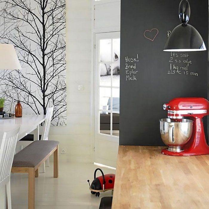 Eine Kleine Küche Mit Esszimmer Daneben Mit Fototapete Und Tafelfarbe Als  Wanddeko