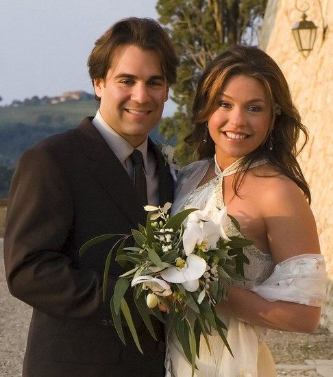Celebrity chef and TV personality Rachael Ray wed John Cusimano, an American lawyer and lead singer of the rock band The Cringe on September 24, 2005 in Italy.