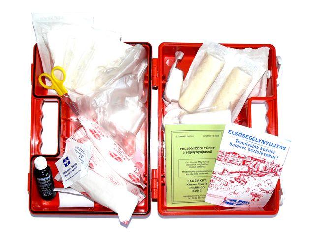 A piros színű műanyag dobozban lévő elsősegély dobozhoz fali tartó is jár, ezáltal egyszerűbb a felszerelése, valamint a falról leakasztása is: http://www.mentolada-webaruhaz.hu/product_info.php/products_id/14