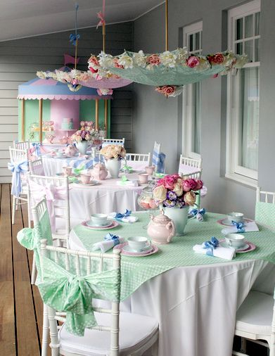 Mary Poppins little girl tea party - adorable me encanta el detalle de la sombrillas