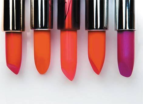 CosmoGIRL!- Flashy lippenstift- ≤ 4 € Door de lippen in een felle kleur aan te zetten, kan de CosmoGirl! haar vrolijkheid uitstralen, zoals tijdens een avondje uit met vrienden. Hierop is ze dol.