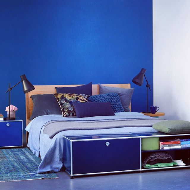 USM celebrates the blue hour every day. For example with these blue bedside tables and shelves. Wanna join? #USMhaller #usmmodularfurniture #blue
