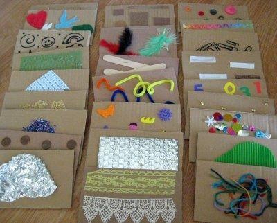 Pour créer des cartes sensorielles, découpez des morceaux de cartons de formes et de tailles égales et collez-y différentes matières agréables à toucher.