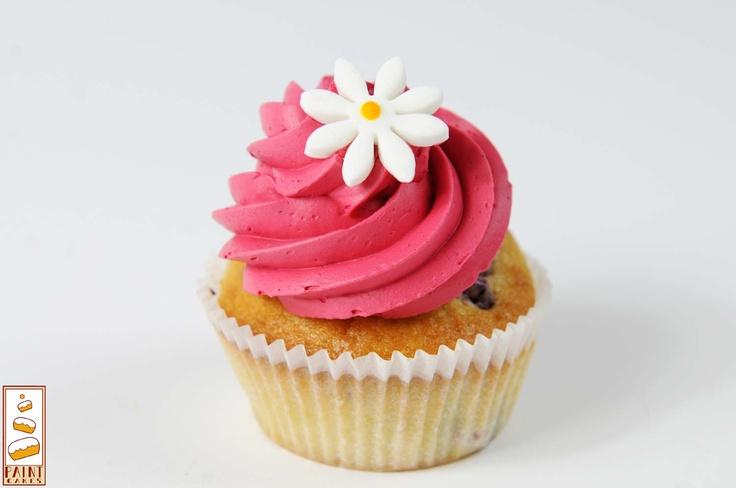 Cupcake à la Framboise: Crème framboises, et coeur Framboises    Pour tout contact ou demande de devis: contact.paintcakes@gmail.com    http://www.facebook.com/Paintcakes