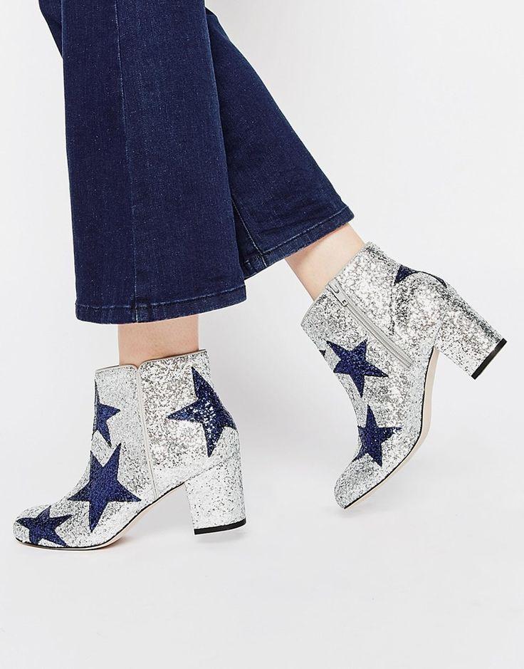 Les bottines à paillettes et étoiles, façon David Bowie, on ose mais on calme le jeu, avec un jean sage et un col roulé marine.