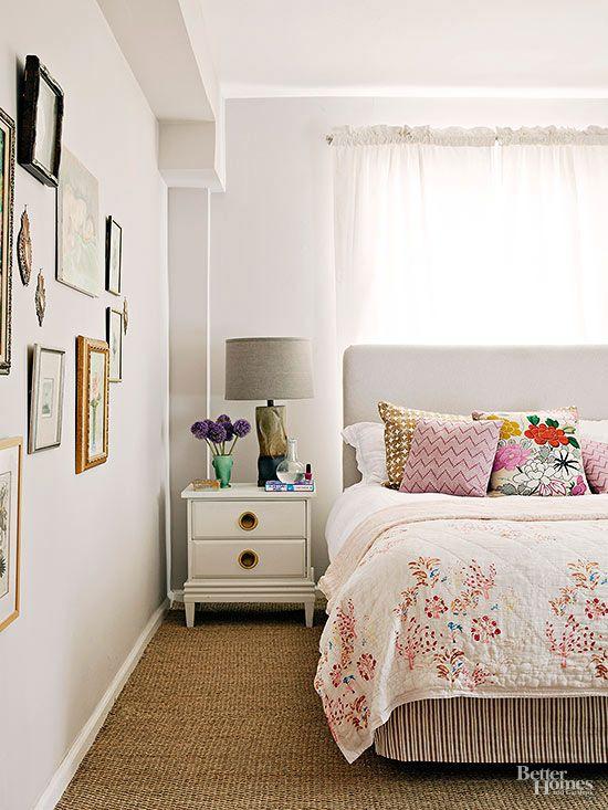 Wanneer je het bed nergens anders kwijt kunt dan voor het raam, is het belangrijk om er een stevig hoofdeinde tegenaan te zetten. Zo maak je er toch een veilige slaapplek van.