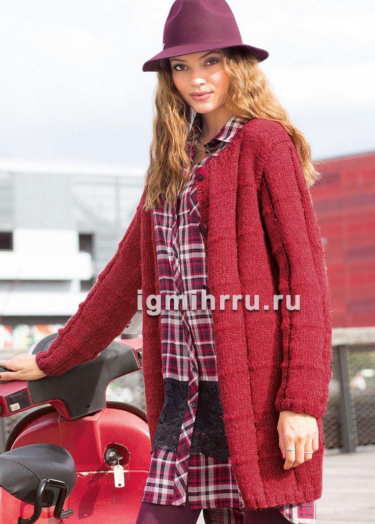 Красное пальто с узором из спущенных петель. Вязание спицами