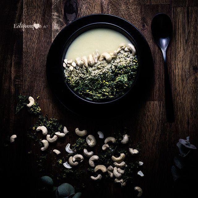 Si te hablan de la col kale seguramente pensarás que una de las mejores maneras de consumirla es haciéndote unas chips y  sí! Pero dale una vuelta más e introdúcela en tus cremas de verduras para estas noches de frío intenso  . Reconfortantes deliciosas y súper fáciles de hacer. Incorporando col kale le vas a dar a tu cena un montón de textura y un toque crujiente que te enganchará  .  Ingredientes  col 1 puerro Caldo de verduras casero Aceite de oliva virgen extra 1cp de gomasio Chips de…