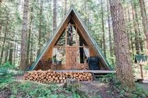 House in Ashford, United States. A quaint A-frame that has been recently remodeled. The CB is located close to Mount Rainier & is a 1 minute walk to the Nisqually River. Enjoy sitting next to the wood stove after a hike up in the national park, watch a movie & relax. Wifi provide...