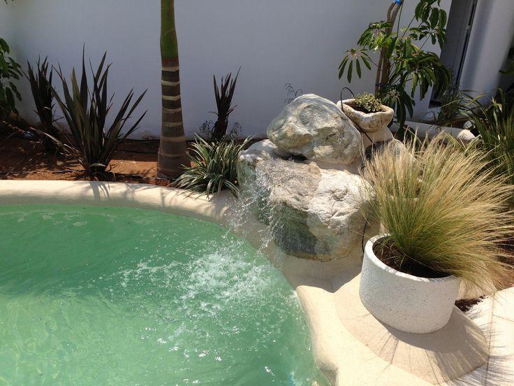Las 25 mejores ideas sobre cascada de la piscina en for Piscinas pequenas con cascadas