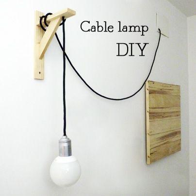 DIY, paso a paso:     - Materiales:   Escuadra de madera, cable eléctrico textil , portalámparas latonado, pintura en spray plateada, ...