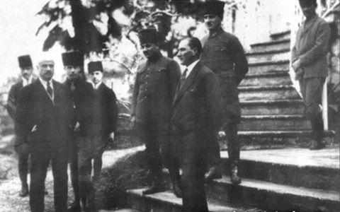 30 ocak 1923 – İzmir/ Mithatpaşa Uşakizade Köşkü / Latife Hanım' ın babası Muammer Bey'e ait olan köşk Başkomutanlık Karargahı olarak ta kullanılmıştır. Ayrıca Zübeyde Hanım, 14 Ocak 1923 tarihinde bu köşkte vefat etmiştir. Mustafa Kemal' in arka tarafında Salih Bozok, fotoğrafın diğer açılarında ise Muammer Bey ve Recep çavuş bulunmakta…