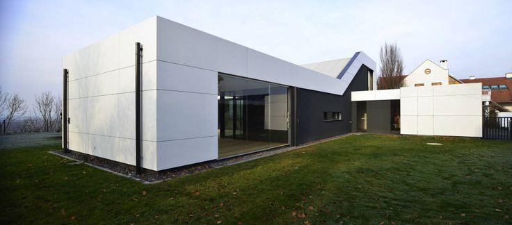In exponierter Lage baute der Architekt Adrian Tscherteu ein Einfamilienhaus, das aus dem klassischen gestalterischen Raster fällt.