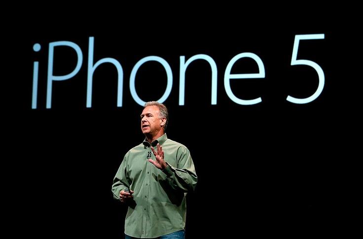 Phil Schiller, Vicepresidente de Marketing de Apple habla de las nuevas caracteristicas del iPhone 5. Peso de 112 gramos y en los colores blanco y negro.
