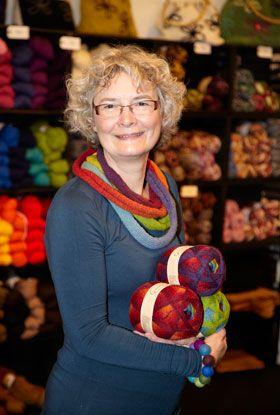 Designeren Anne Bøge med det smukke ringspil om halsen. Foto: Carina Krüger