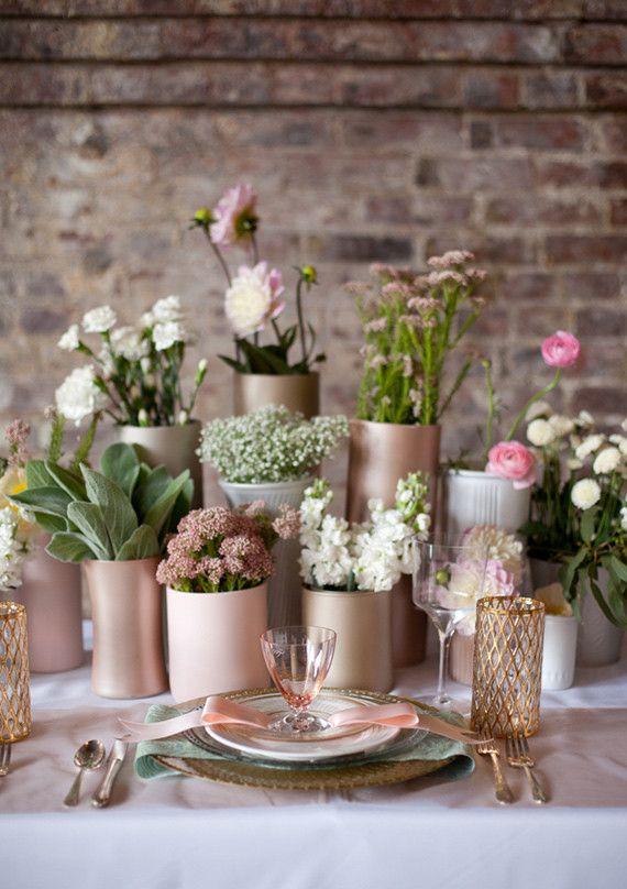 Preciosos arreglos florales con latas en tonos rosas y dorados