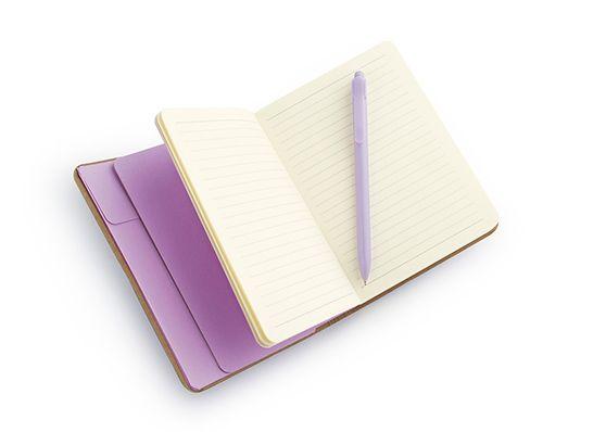 Libreta Purse., Libreta con cubierta en cartón laminado, 96 hojas en papel rayado y banda elástica de cierre en el medio. Incluye bolígrafo de color similar y bolsillo de seguridad tipo sobre en la parte interior. Tamaño aproximado de las hojas A5. MATERIAL: Papel y cubierta en cartón laminado. MEDIDAS: 12,8 x 18,6 cm. ÁREA IMPRESIÓN APROXIMADA: Tampografía 6 x 5 cm. Láser: 6 x 6 cm. MARCA: Tampografía. Láser. EMPAQUE: 40 unidades en bolsa individual. Caja master de 40 x 30 x 23 cm. Peso…