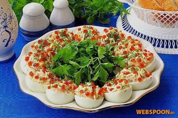 Яйца, фаршированные сельдью и красной икрой