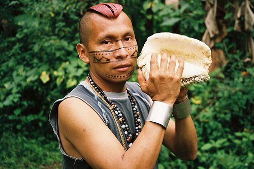 Etnia Tsachila, Santo Domingo, Ecuador Joven Tsachila con caracola