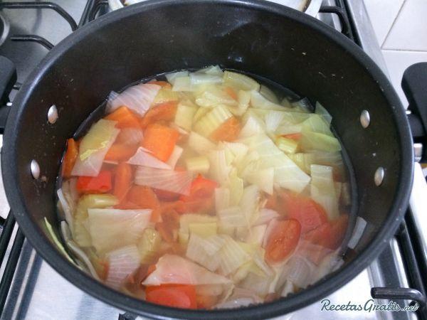 Aprende a preparar sopa adelgazante con esta rica y fácil receta.  La sopa quema grasa se conoce con este nombre porque ayuda a eliminar toxinas, líquidos retenidos...
