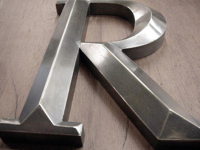 gegoten metalen letter