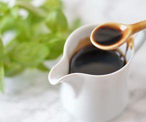 Het recept om zelf balsamico siroop te maken. Het is ✓ makkelijk ✓ lekker ✓ lang houdbaar ✓ overal voor te gebruiken ✓ veel lekkerder dan kant en klare