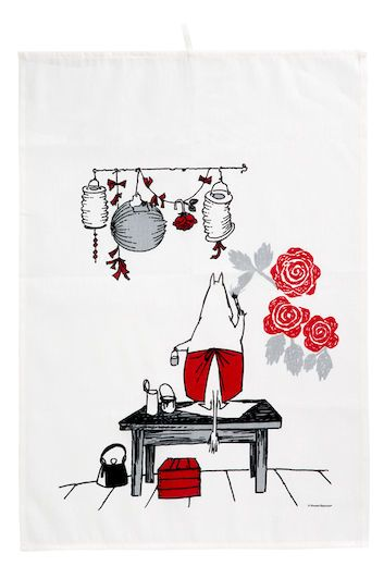 The sympathetic Moomin mamma is painting the walls for a upcoming party in our adorable kitchen towel set || Muumimamma koristelee muumitalon seiniä, tulevia juhlia varten.